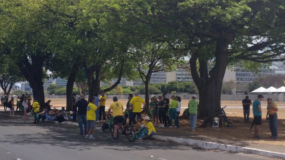 Manifestantes fazem ato de apoio a Dilma em frente ao Alvorada