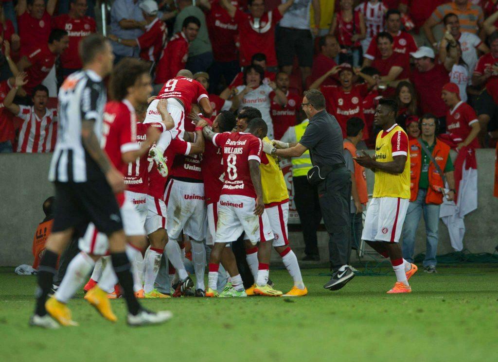 Inter marca no fim, ganha do Atlético-MG e entra no G4