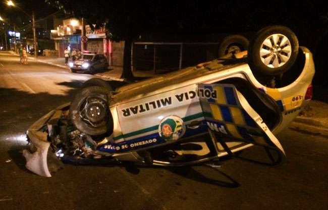 Policiais militares ficam feridos após capotamento de viatura na Avenida T-7