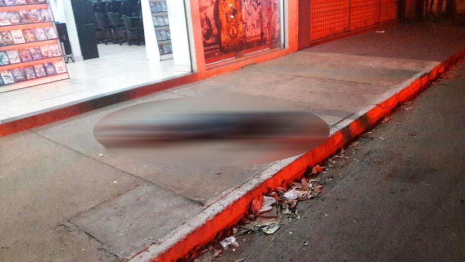 Policial à paisana mata suspeito durante assalto a locadora