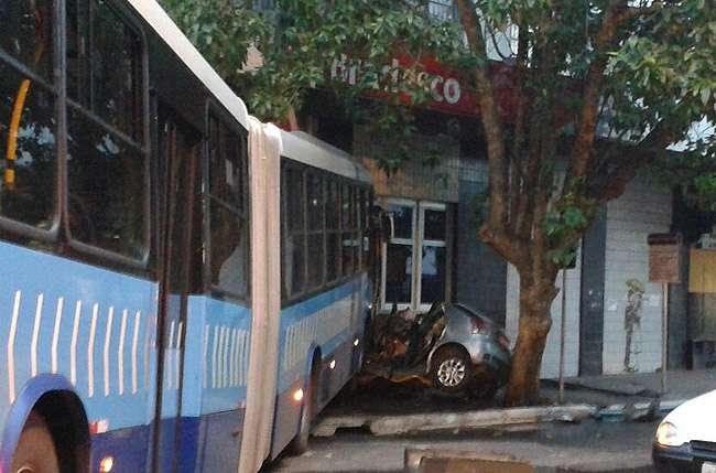 Acidente entre ônibus do eixo Anhanguera e carro de passeio deixa um morto no centro de Goiânia
