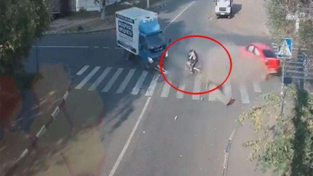 Câmera registra ciclista escapando de acidente impressionante na Rússia