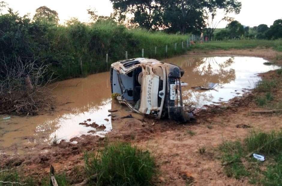 Dois agentes prisionais sofrem acidente e um deles morre na GO-156