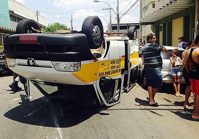 Van escolar capota após ser atingida por outro veículo em Campinas