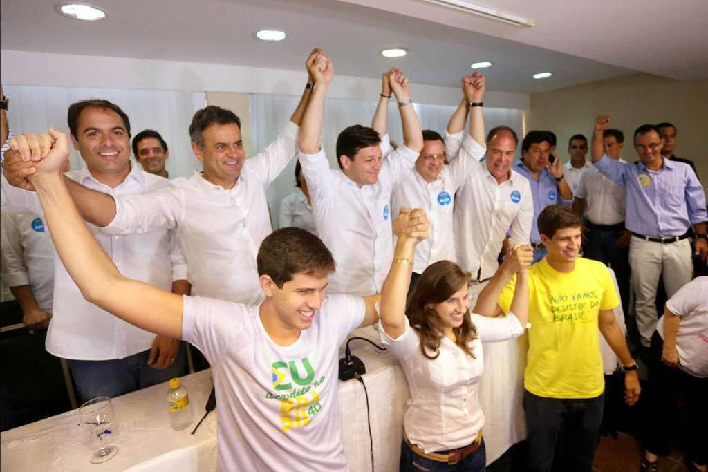 Ao lado dos filhos de Eduardo Campos, Aécio faz campanha no Recife