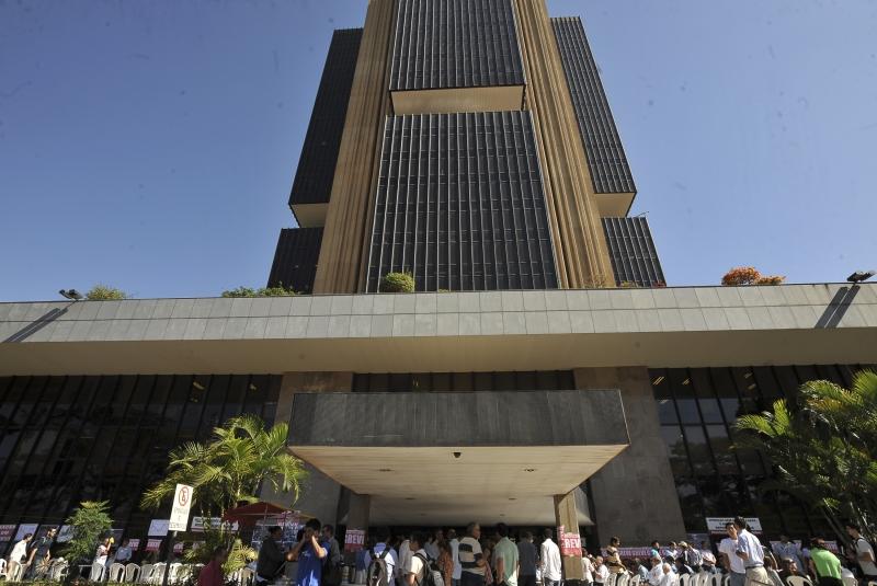Banco Central projeta déficit de US$ 28 bilhões nas contas externas em 2017