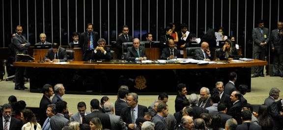 Plenário da Câmara volta atrás e derruba mandatos de cinco anos