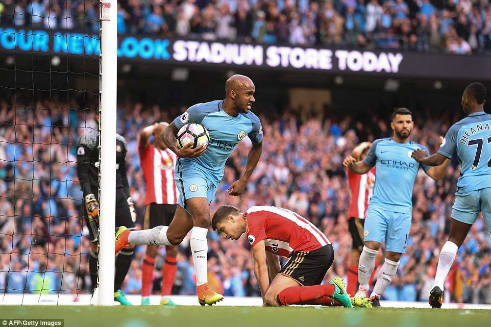 City sofre, mas conta com gol contra para vencer na estreia oficial de Guardiola