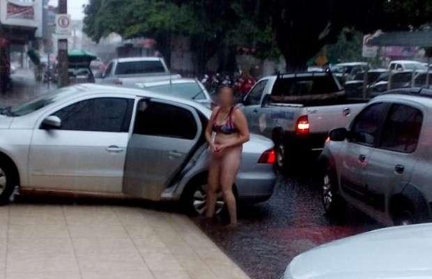 Mulher toma banho de chuva seminua em rua de Rio Verde