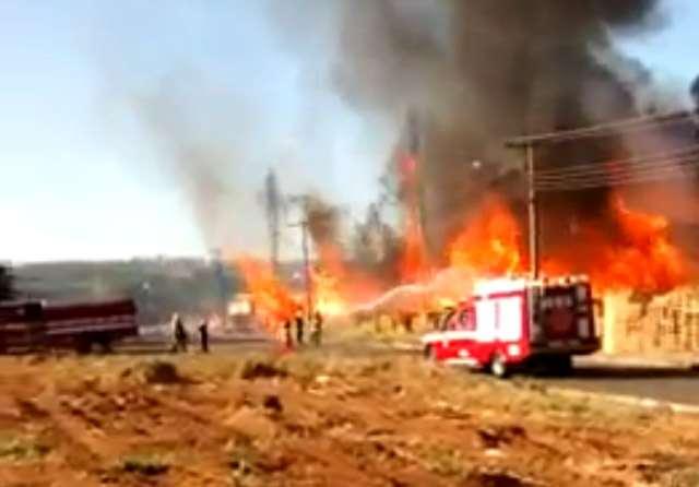Bombeiros combatem incêndio em Anápolis