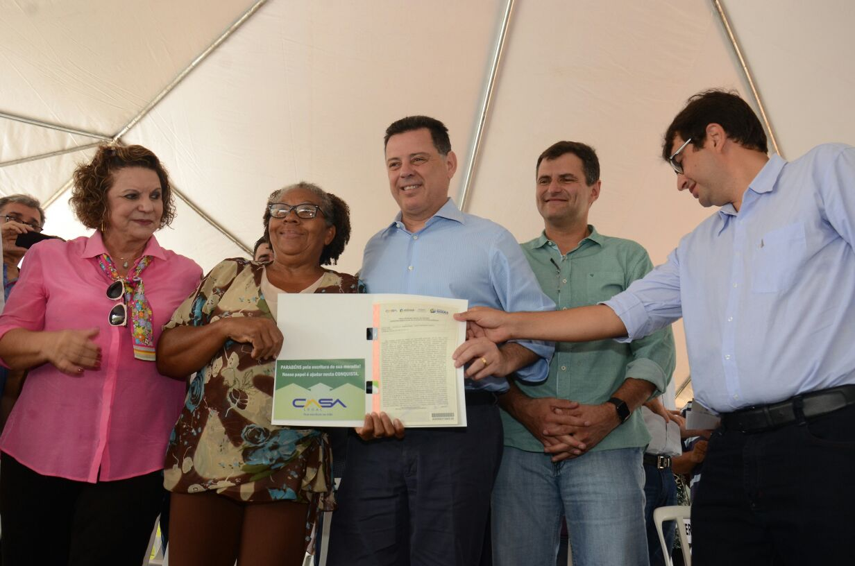 No Jardim Curitiba, Marconi entrega 1.524 escrituras