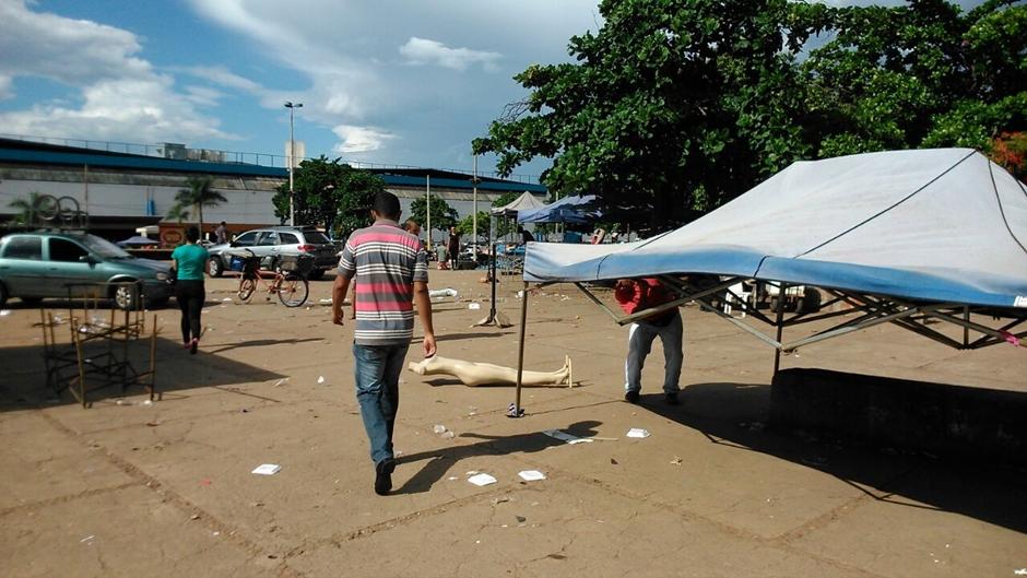 Fiscais da Prefeitura desmontam feira paralela na Praça no Trabalhador