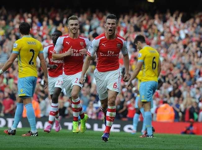 Arsenal marca no fim e vence em estreia no Inglês