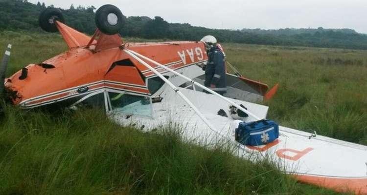 Avião monomotor capota em pouso de emergência no PR