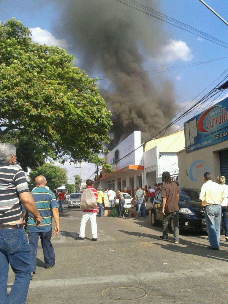 Vídeo: Incêndio atinge atacadista em Campinas