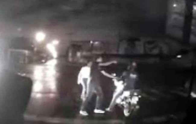 Câmera em ônibus flagra roubo de motocicleta em semáforo, em Goiânia