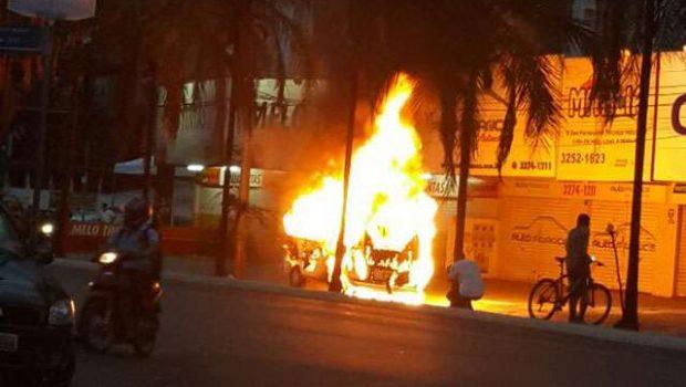 Carro pega fogo na Avenida T-7, no Setor Bueno