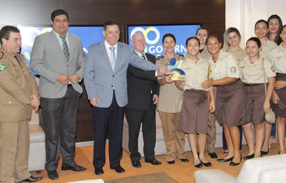 Marconi recebe escola de Jataí vencedora do Prêmio Nacional de Educação Fiscal 2016