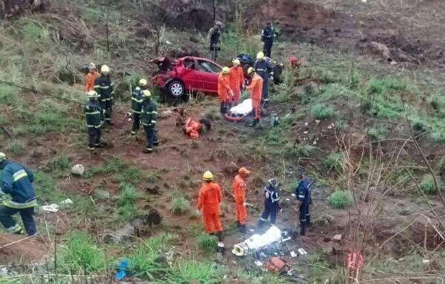Carro capota, cai de ribanceira e deixa três pessoas feridas