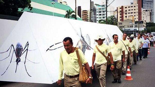 Enterro simbólico do mosquito da dengue reúne autoridades, artistas e populares