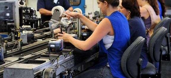 Indústria acumula queda de 8,3%, diz IBGE