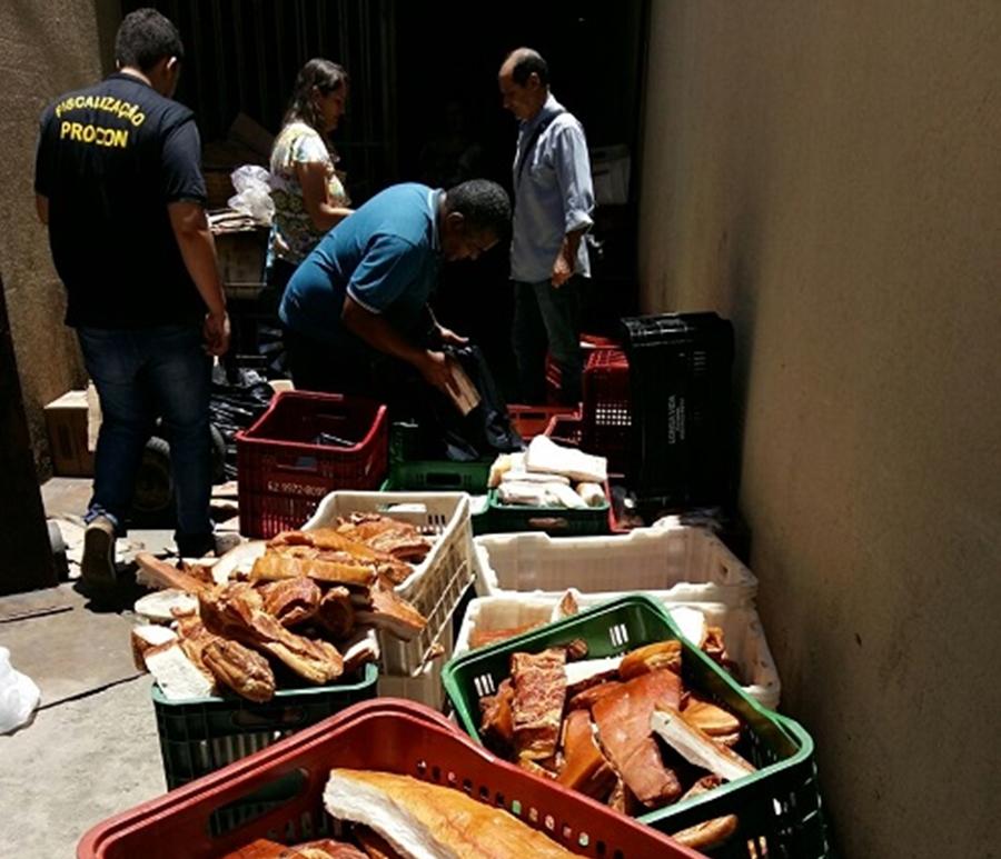 Mais de 1,5 tonelada de produtos vencidos são apreendidos em supermercado no Jardim Planalto