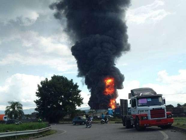 Incêndio atinge tanques de combustível em Santos
