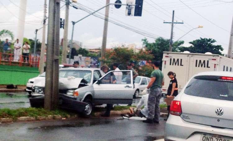 Homem morre ao colidir carro em poste, na Avenida T-2