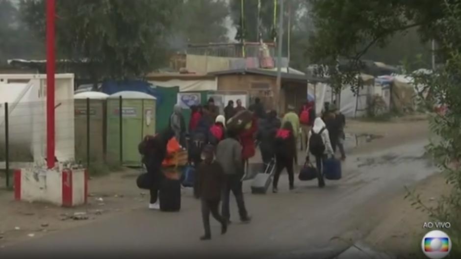 França começa retirada de imigrantes e refugiados de campo de Calais