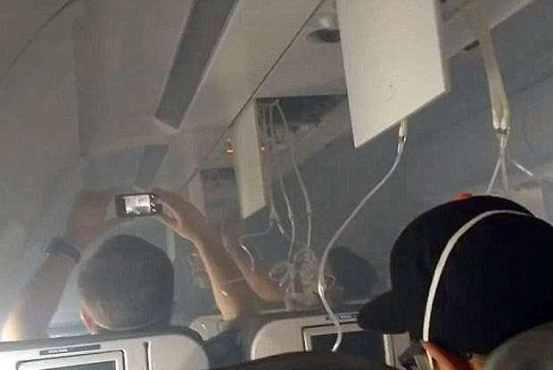 Passageiros filmam explosão de motor e pouso de emergência de avião