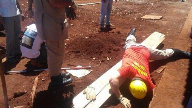 Cadela é resgatada em buraco de obra após ter filhotes