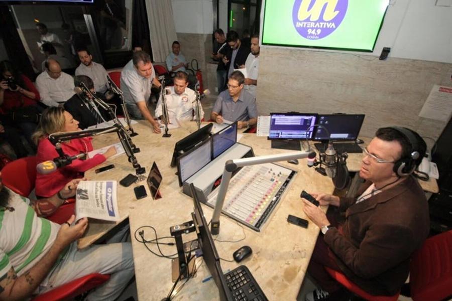 Candidatos respondem a acusações e apresentam propostas em debate na Rádio Interativa