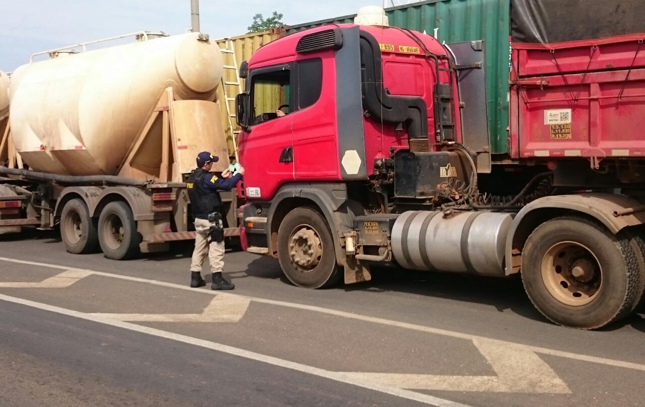 PRF retém veículos que trafegavam em horários restritos em rodovias de pista simples
