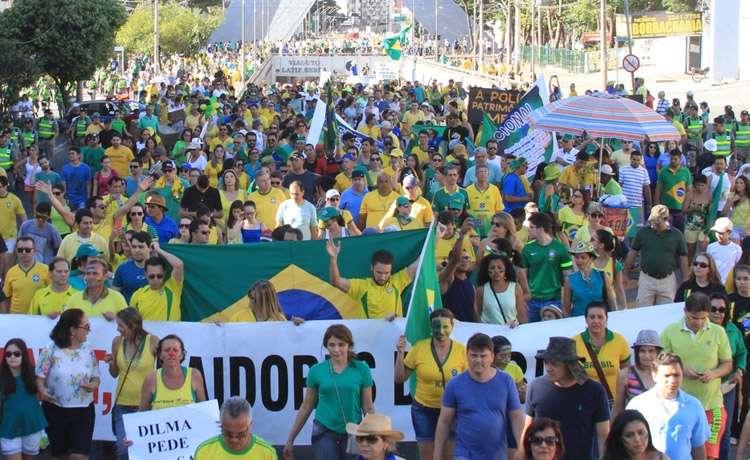 Protesto contra o Governo Dilma  e o PT leva 10 mil às ruas de Goiânia