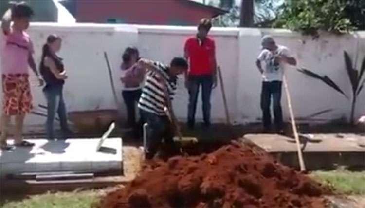 Araçu: Coveiro se recusa a cavar cova e parentes de mulher morta são obrigados a fazer o trabalho