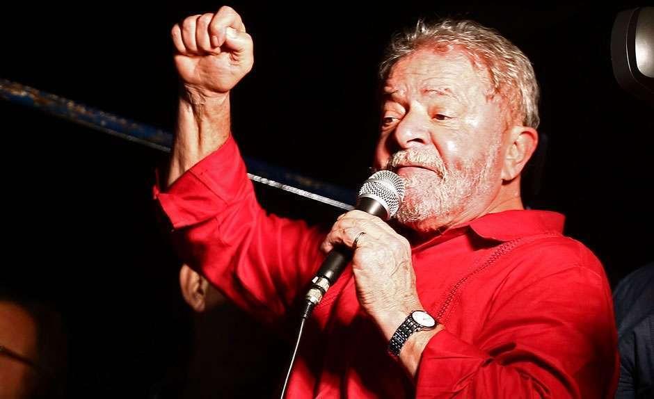 Na Paulista, Lula defende a democracia