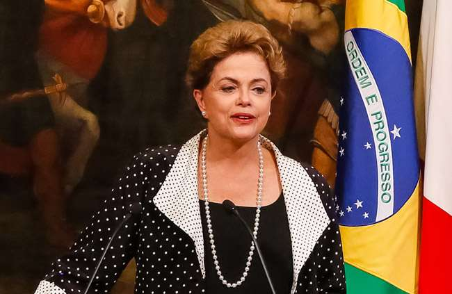 Dilma diz à TV russa que cumprirá mandato até o fim
