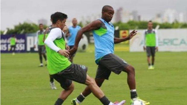 Jogadores que podem deixar Goiás em 2015, levam cartão e geram suspeita de tirarem férias antecipadas. Técnico nega