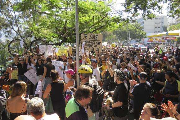 Cariocas pedem paz em protesto contra morte de ciclista