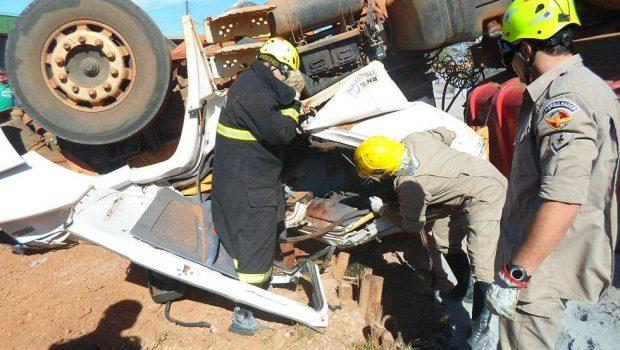 Motorista fica ferido após capotar caminhão na GO-237