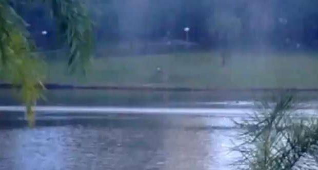 Homem aproveita o calor para nadar no lago do Parque Vaca Brava