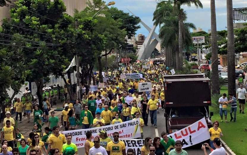 Goianos protestam contra o governo Dilma e contra a corrupção