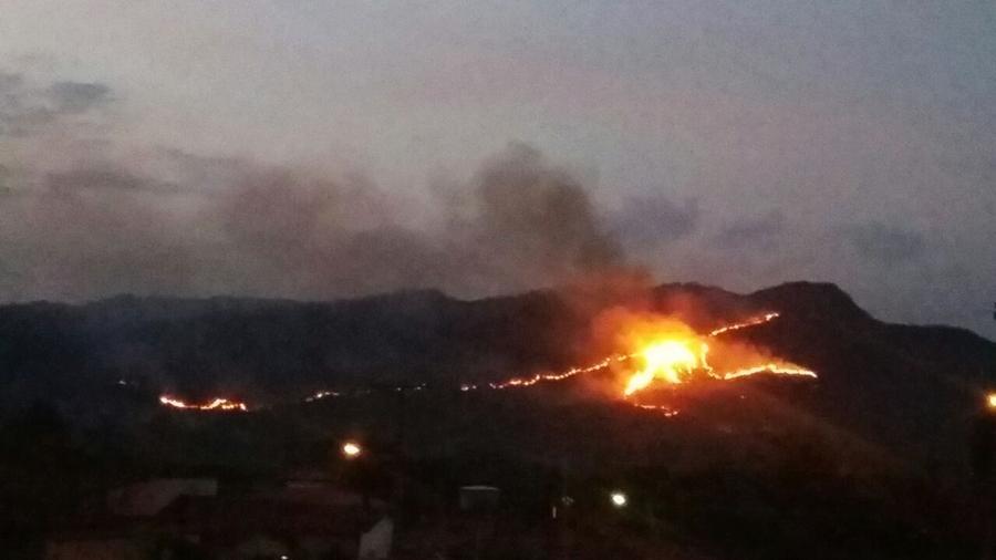 Bombeiros continuam combate a incêndio no Morro do Frota, em Pirenopólis