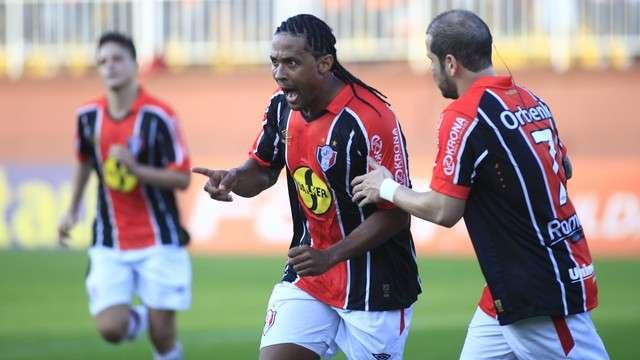 Joinville bate Goiás e vence a primeira na Série A