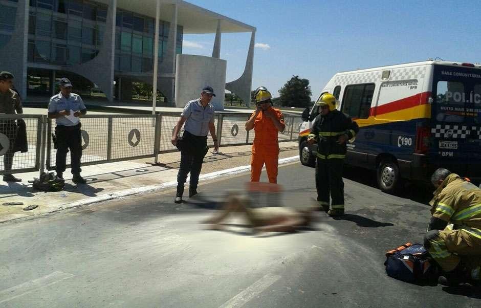 Homem ateia fogo no próprio corpo na frente do Palácio do Planalto