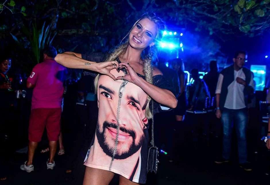 Em show, Andressa Suíta usa vestido com rosto do marido, Gusttavo Lima