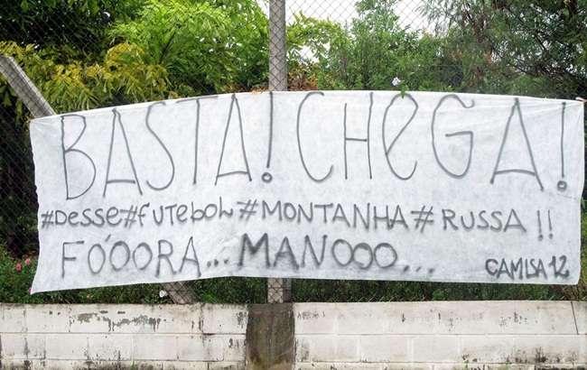 Corinthians: torcedores protestam no CT e pedem saída de Mano