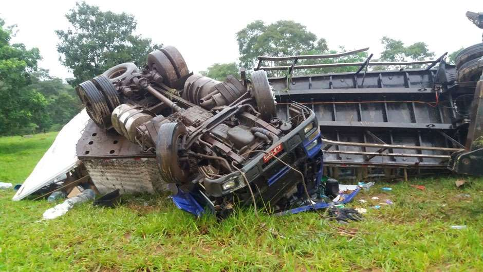 Caminhoneiro morre em tombamento de carreta na BR-153