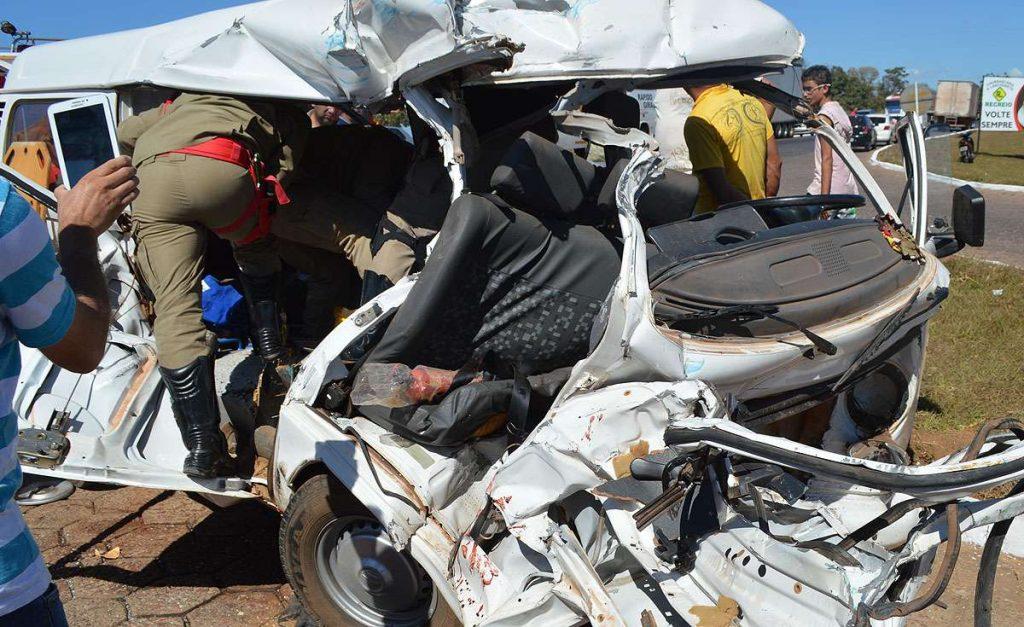 Uma pessoa morre e quatro ficam feridas em acidente na BR-153