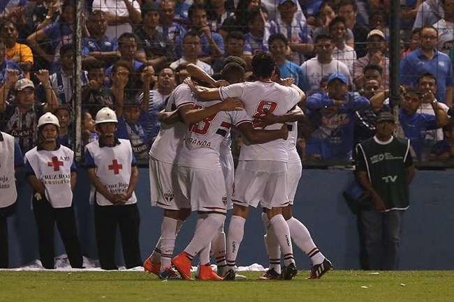 São Paulo sofre de novo, mas avança na Sul-Americana